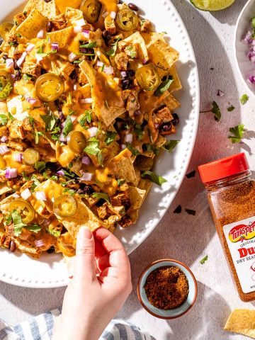 spicy queso chicken nachos on platter (2)